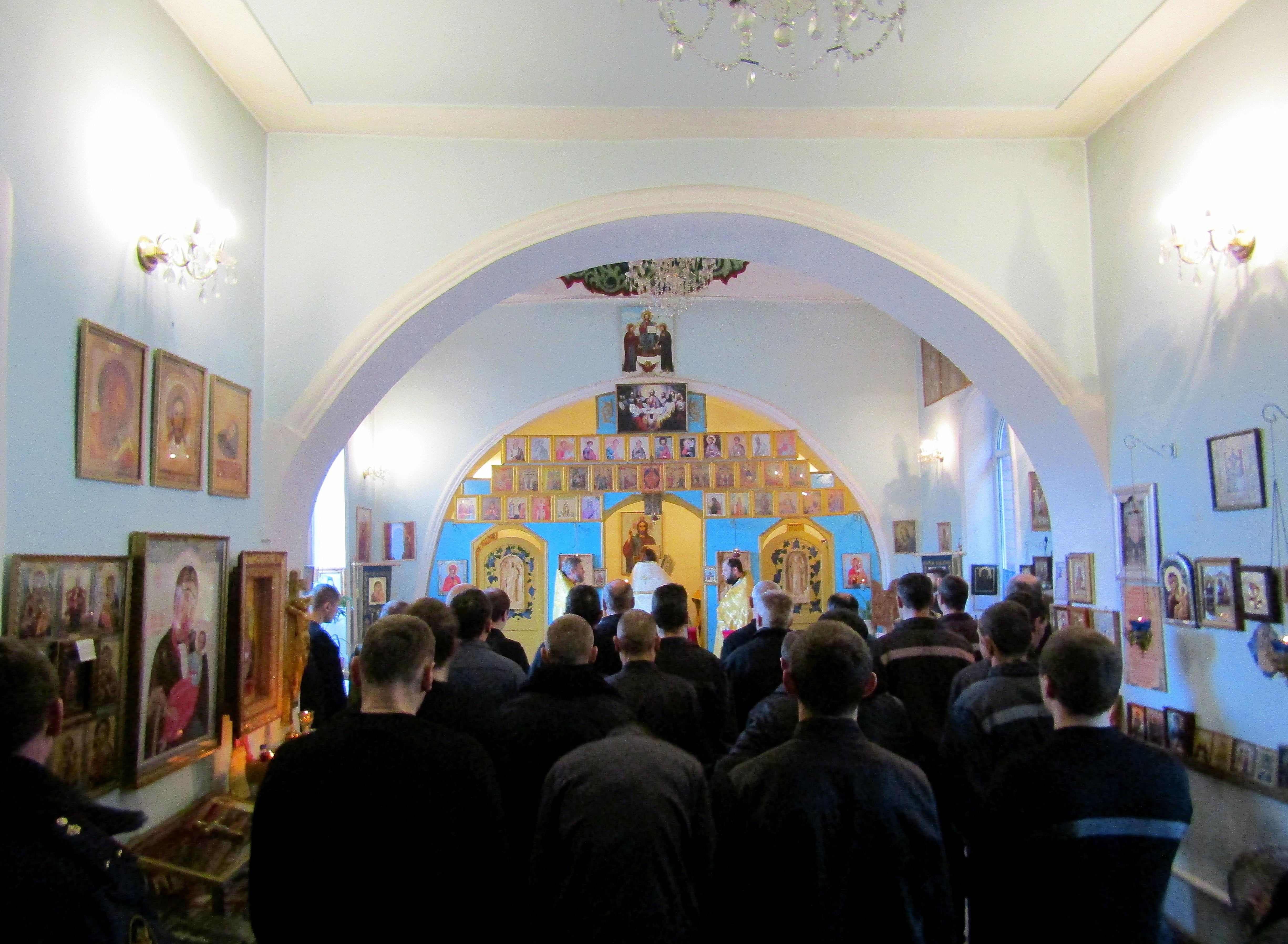 В храме Смоленской иконы Божией Матери, расположенной на территории колонии, состоялась Божественная литургия